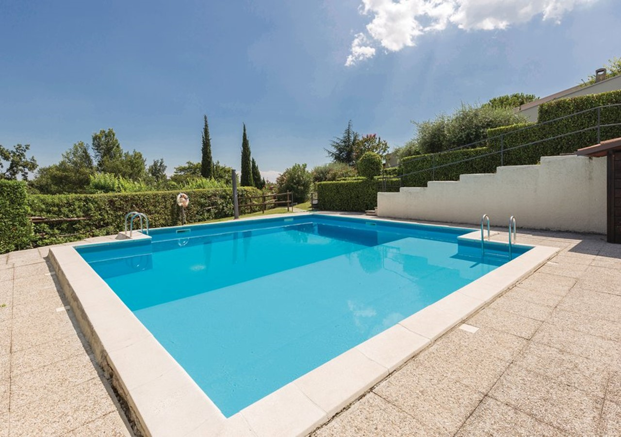 House with shared swimming pool and panoramic views over Lake Garda