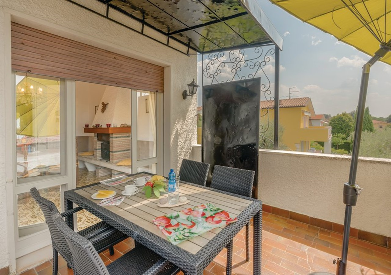 Apartment for 5 people with pool and view of Lake Garda