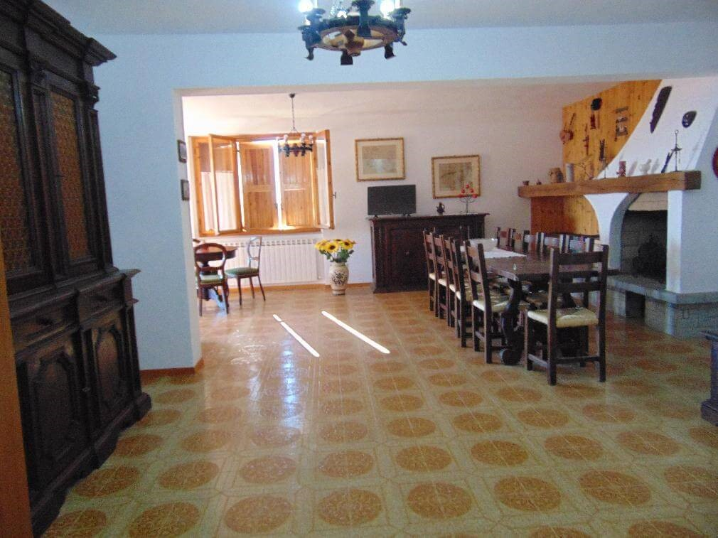 Large Umbria villa with pool and peaceful hilltop position with great views of the countryside