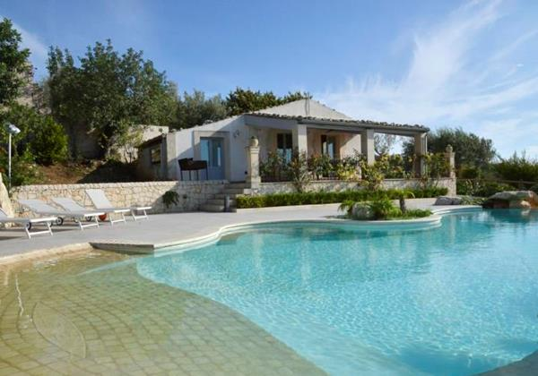 Traditional Sicilan villa with private pool near the town of Scicli suitable for large groups of families & friends