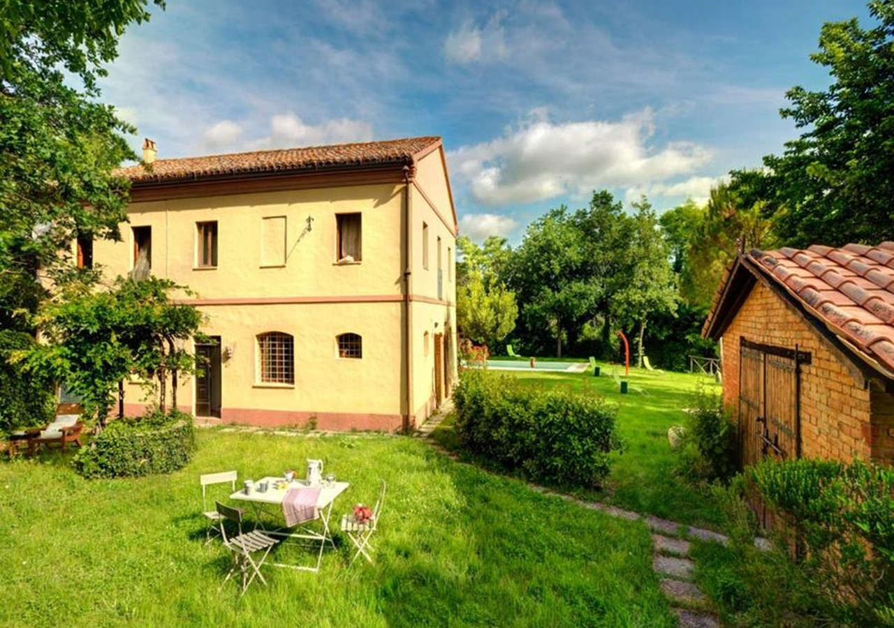 Spacious Le Marche villa with pool within walking distance of amenities in the village of Montemaggiore del Metauro
