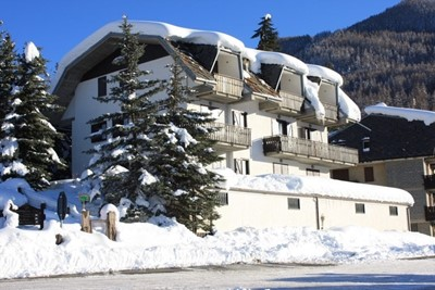 Apartment in Jouvenceaux near Sauze d'Oulx, sleeping 4 people just 300m from the ski lifts & 100m from bus stop