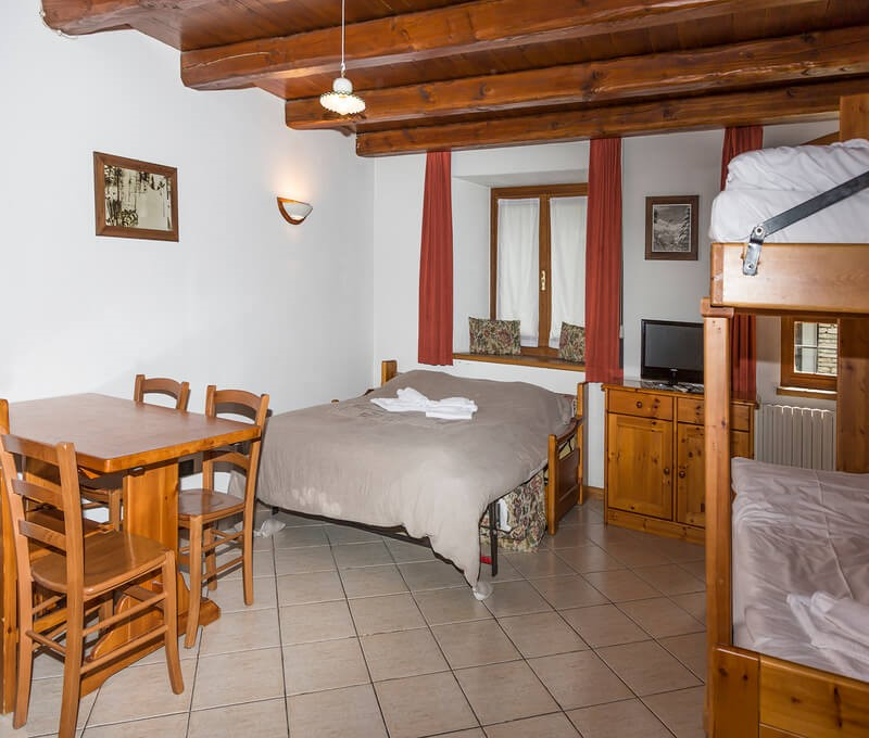 Self catering studio apartment for 4 in the old town of Sauze d'oulx 100m from bus stop and 300m from the main square