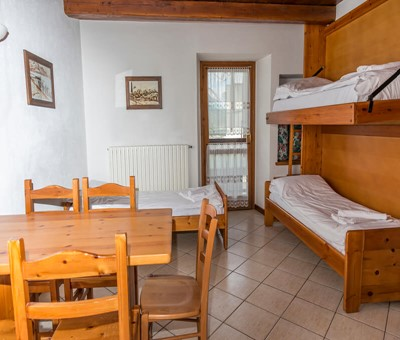 1 bedroom apartment sleeping 5 in the old town of Sauze d'oulx 100m from bus stop and 300m from the main square