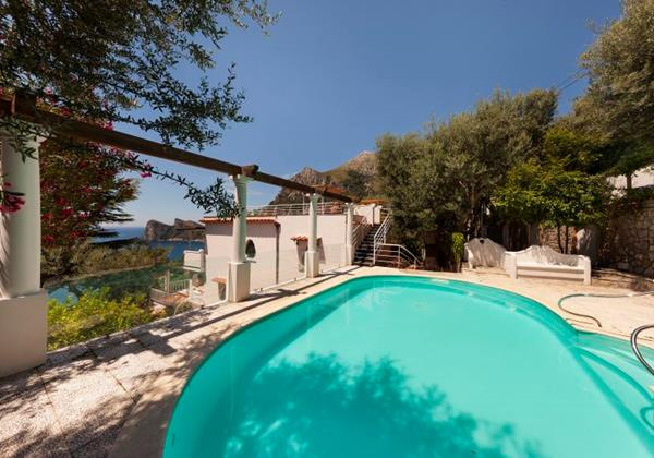 Luxury villa with private pool withing walking distance of the Marina del Cantone sleeping 14 people