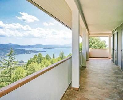Villa with views of Lake Trasimeno sleeping 8 people