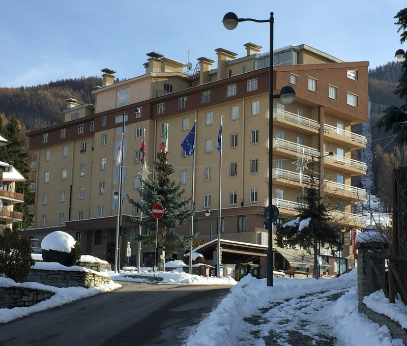 Apartment in Sauze d'Oulx in a great location for Clotes ski lift sleeping 4 in 1 bedroom + 2 single beds in living room