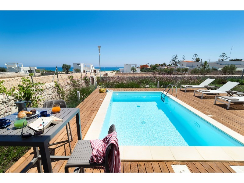Villa for 6 with private pool near the sea in south east Sicily