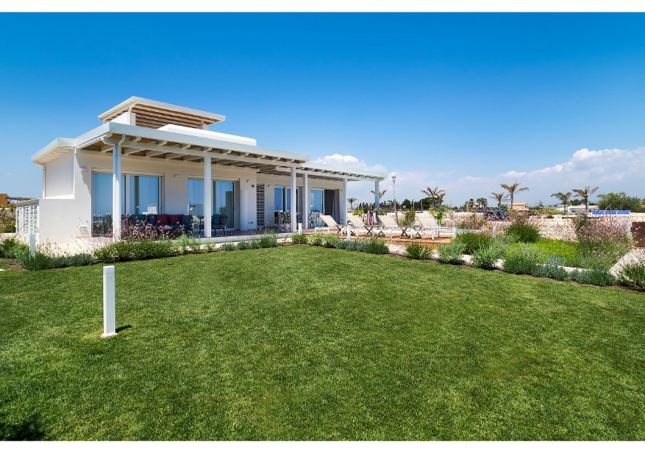 Villa for 8 with private pool near the sea in south east Sicily