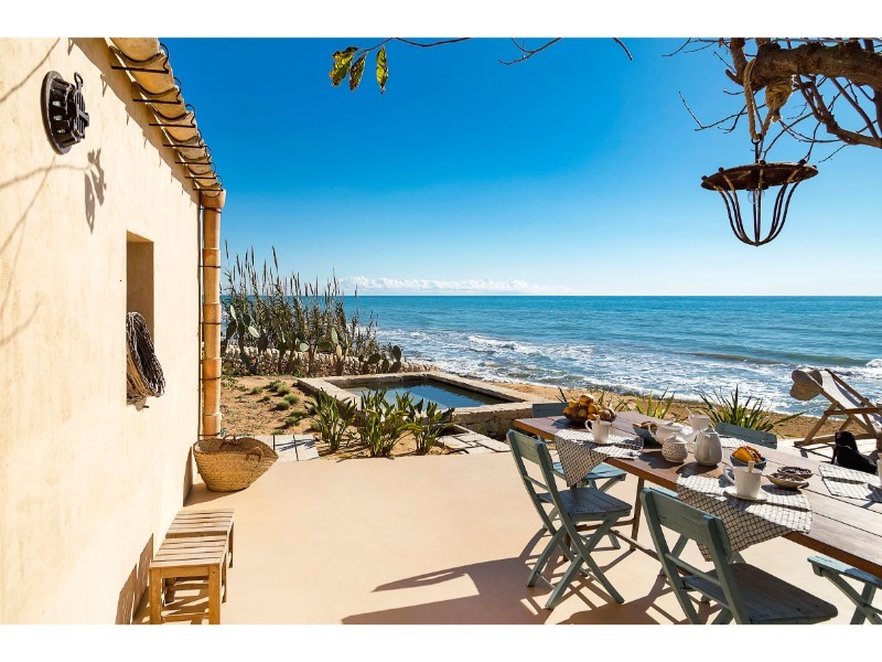Beautiful beach front villa with pool in south east Sicily