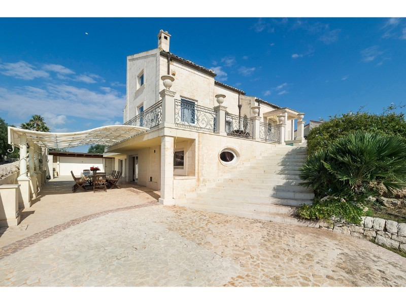 Luxury villa in Sicily for 8 people with heated indoor pool & spa